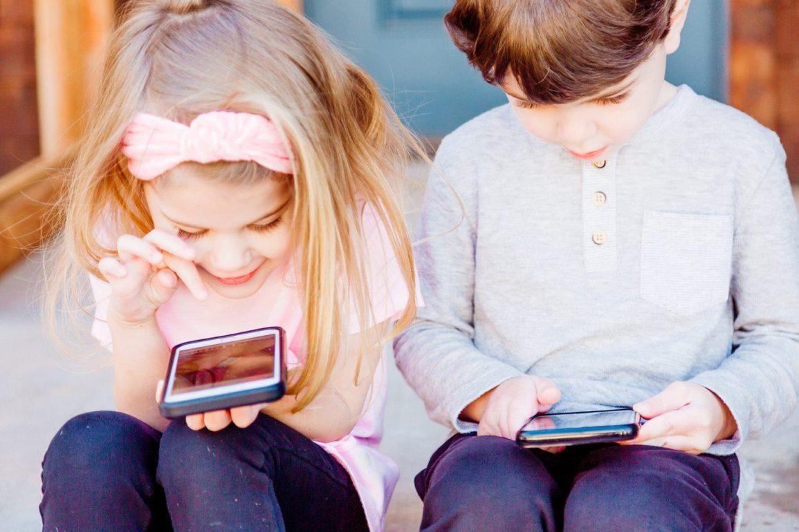 Dzieci z telefonami